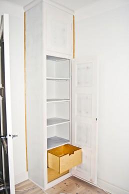 En platsbyggd garderob i en gammaldags stil