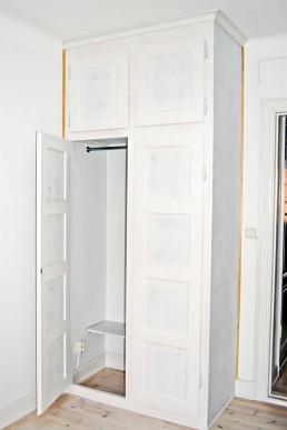 Platsbyggd garderob i en gammaldags stil